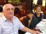 Con sus abuelos paternos.
