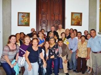 La primera comunidad de la parroquia La Consolación junto con el enviado de Roma.