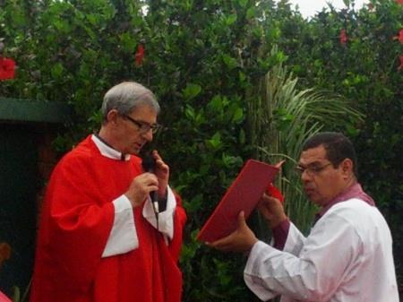 Nuestro párroco bendiciendo las palmas antes de la procesión