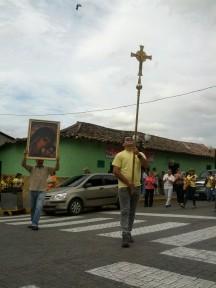 Con la cruz en alto