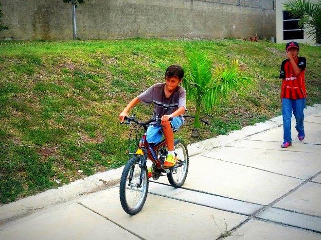 santy en la bici